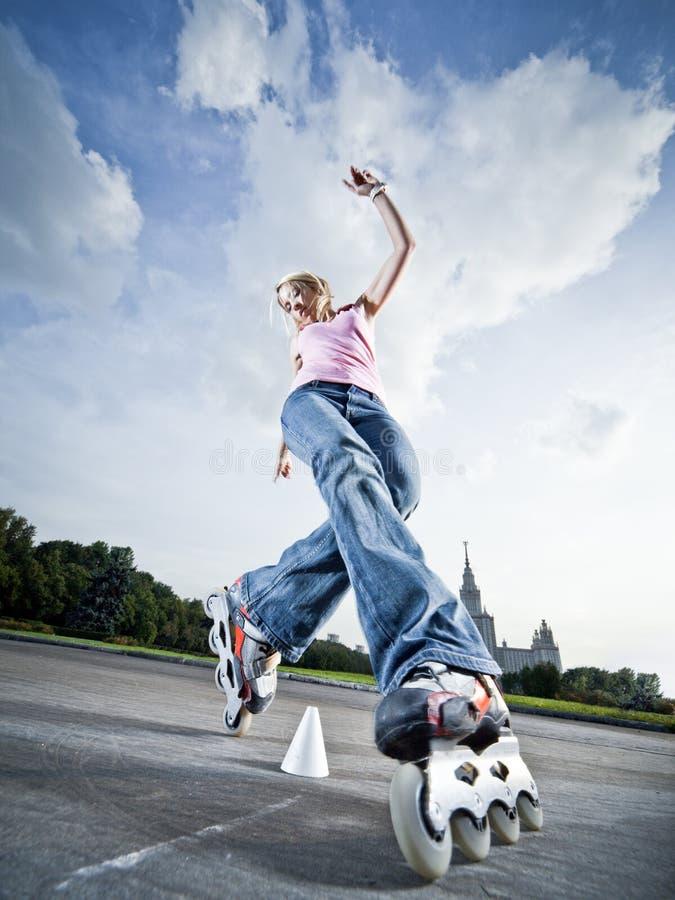 rollerblading的女孩 免版税库存图片