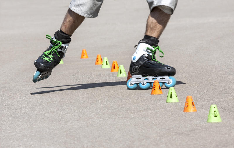 rollerblading的少年 免版税库存照片