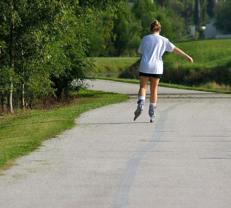 Rollerblading pour l'exercice photo stock