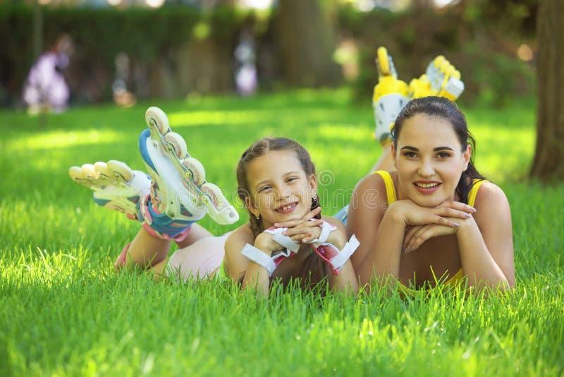 Rollerskaters maman et enfant photos stock