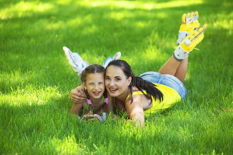 Rollerskaters maman et enfant image stock