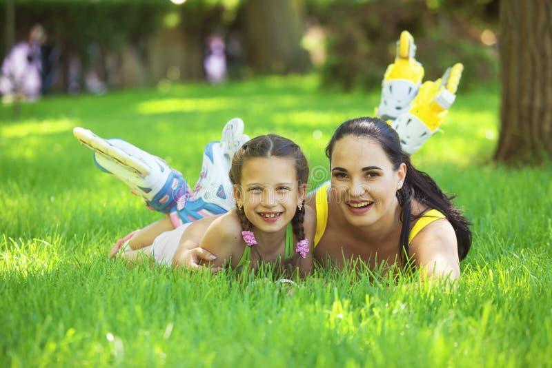 Rollerskaters mamma e bambino fotografia stock libera da diritti