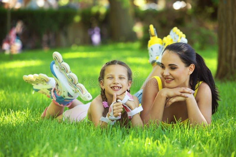 Rollerskaters mamma e bambino fotografie stock libere da diritti