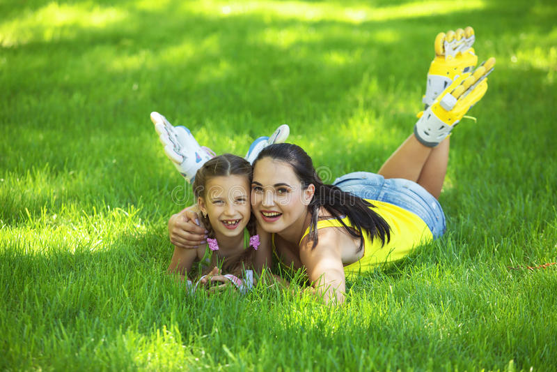 Rollerskaters mamma e bambino immagine stock
