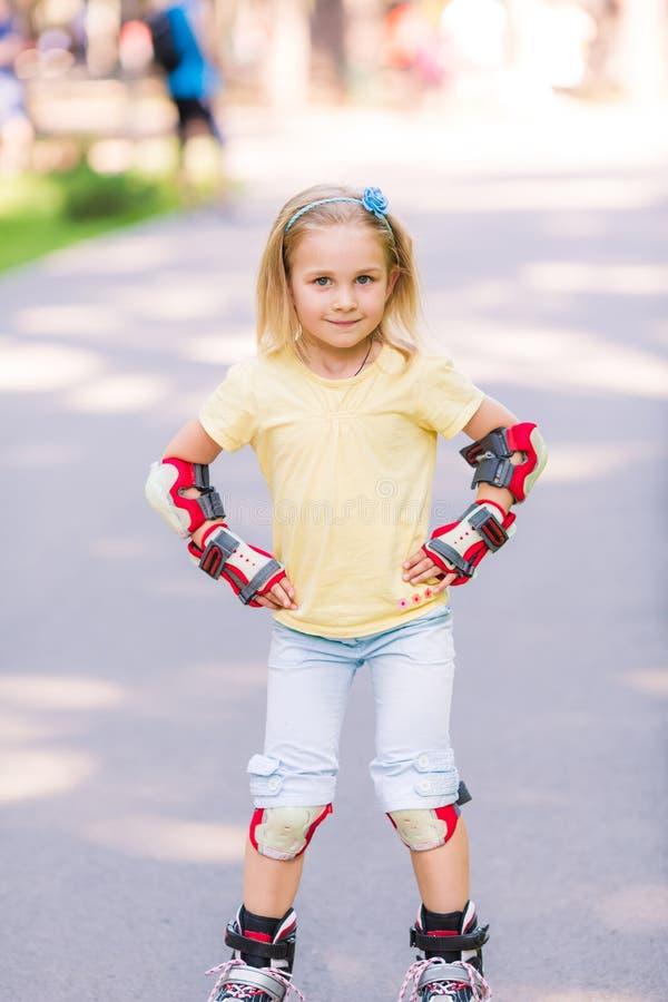 Rollerskating de la niña en el parque foto de archivo libre de regalías
