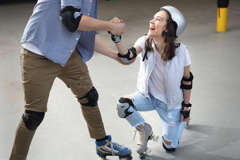 rollerskating Grande divertimento em patins de rolo fotos de stock