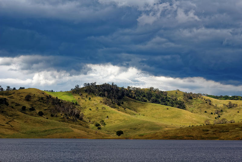 Rolling heuvels bij meer Lyell door betrokken hemel stock afbeelding