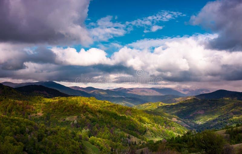 Rolling heuvels van Karpatische bergen in de lente royalty-vrije stock foto's