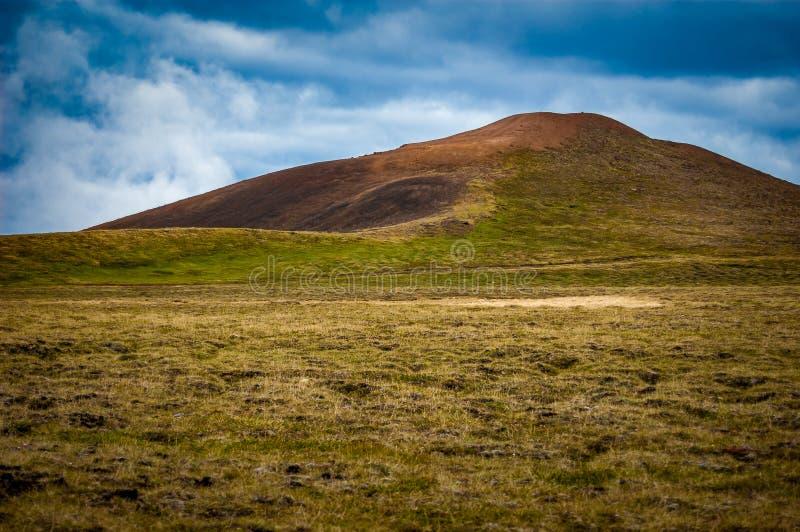 Rolling Hills mit roter Erde lizenzfreie stockbilder