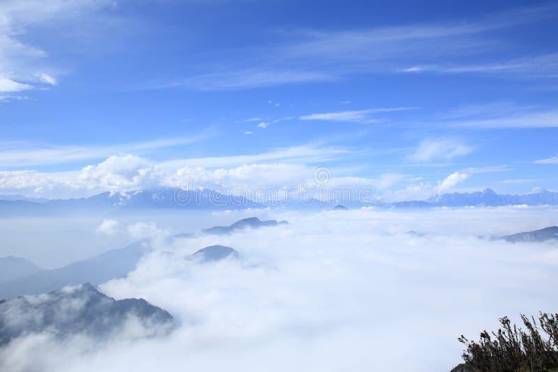 Rolling wolken over berglandschap royalty-vrije stock foto