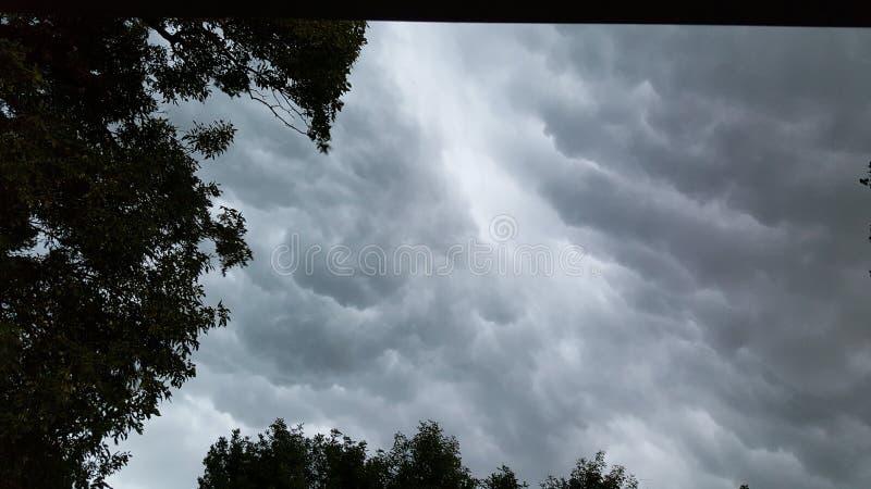 Rolling wolken v??r het onweer stock afbeelding