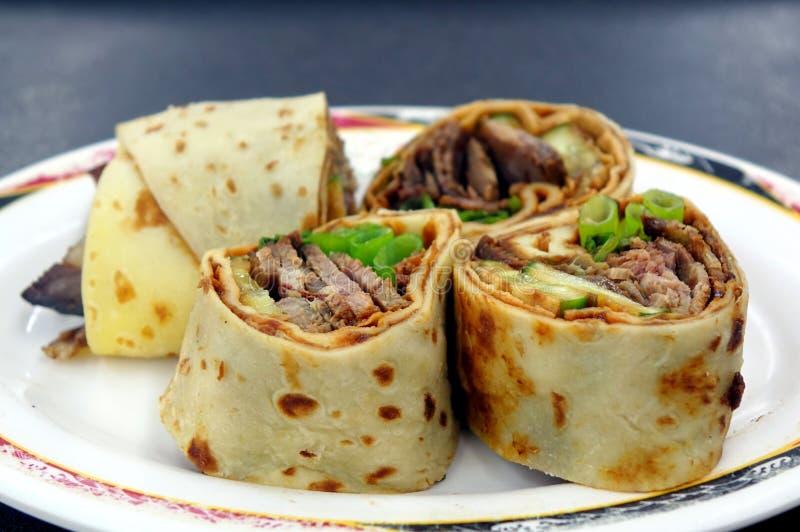 Rollo chino de la crepe con carne de vaca cocinada imagenes de archivo