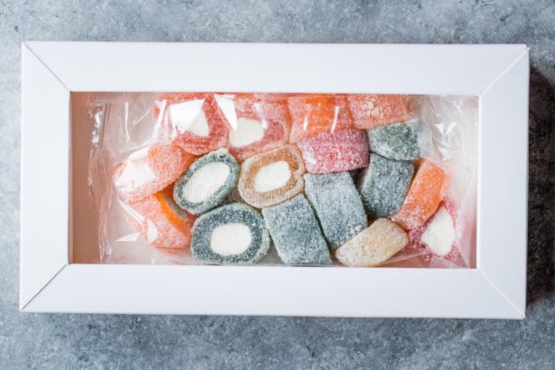 Rollo con sabor a fruta del placer turco formado en la caja/el envase o el paquete de Pastic fotografía de archivo