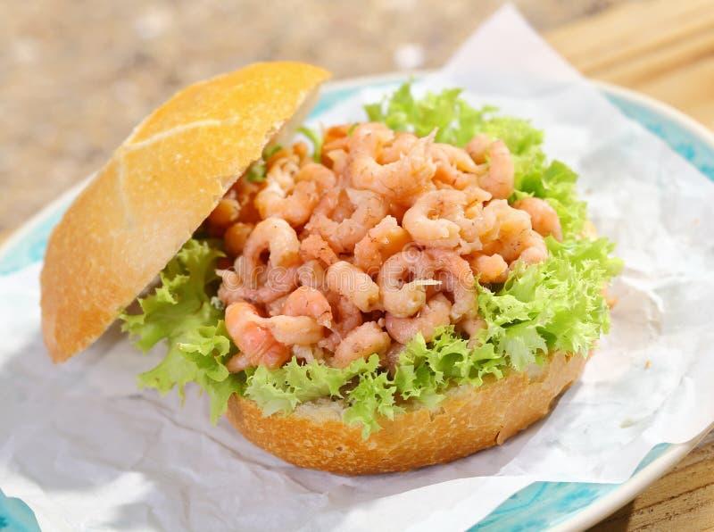 Rollo crujiente delicioso con el relleno del camarón imágenes de archivo libres de regalías