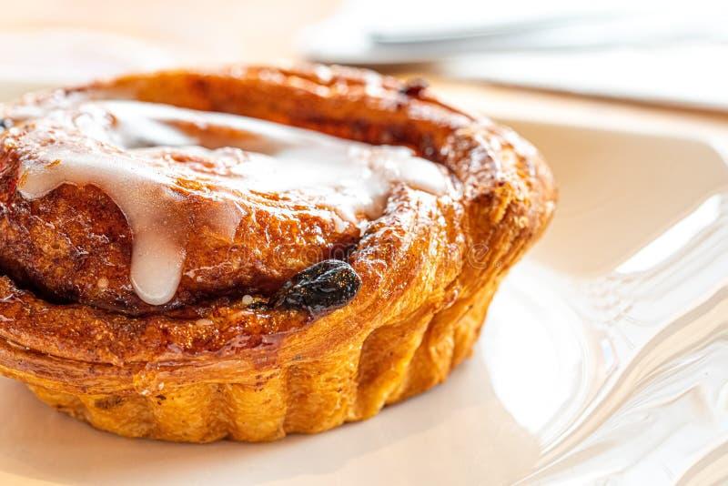 Rollo de canela del cruas?n con la pasa y el esmalte delicioso Sugar Icing dulce Pasteles de Mini Danish Raisin Swirls Puff fotografía de archivo libre de regalías