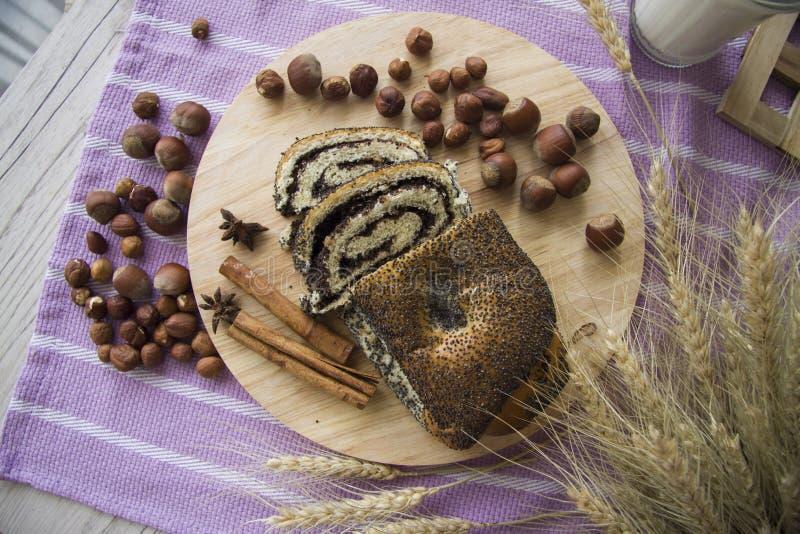 Rollo de la amapola del desayuno con las avellanas foto de archivo