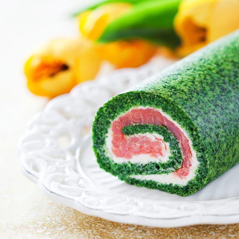Rollo de la espinaca con el salmón ahumado y el queso cremoso imagen de archivo