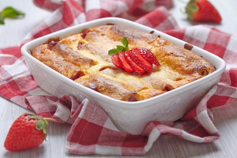 Rollo de los crespones de la fresa cocido en pastel de queso foto de archivo