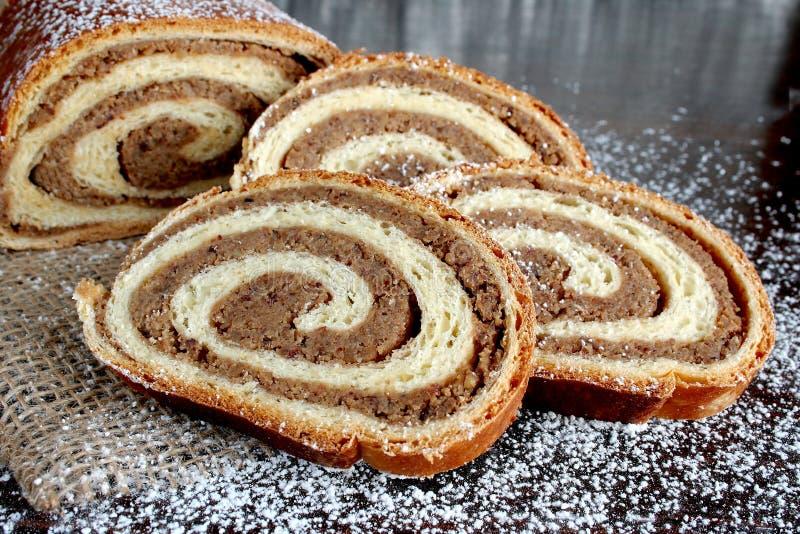 Rollo de pan de la nuez en fondo de madera imagen de archivo