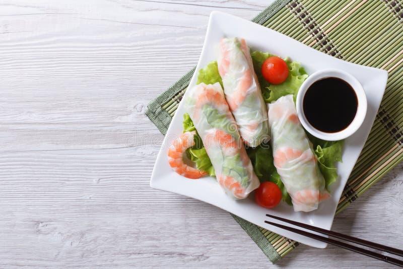 Rollo de primavera con el camarón y las verduras, visión superior foto de archivo libre de regalías