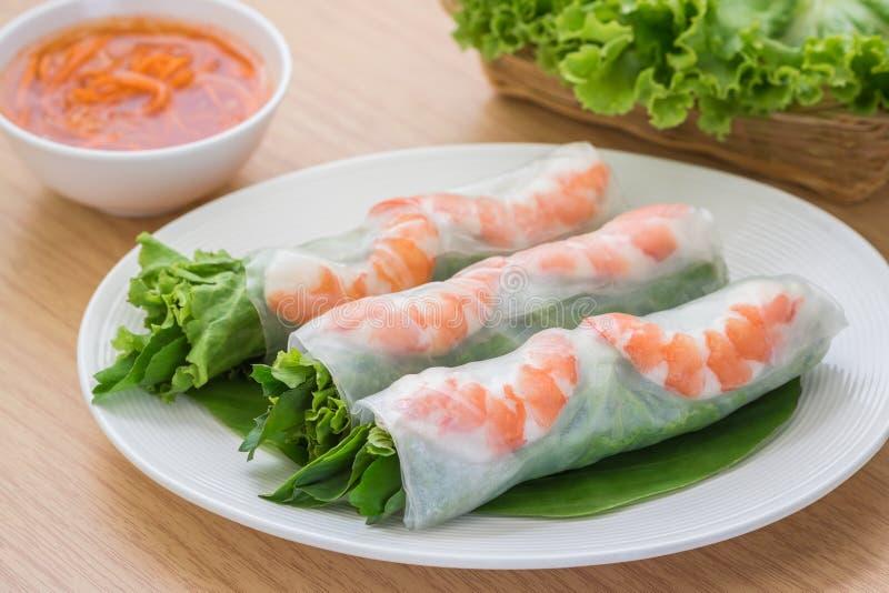 Rollo de primavera fresco con el camarón y la salsa de inmersión, comida vietnamita fotos de archivo libres de regalías