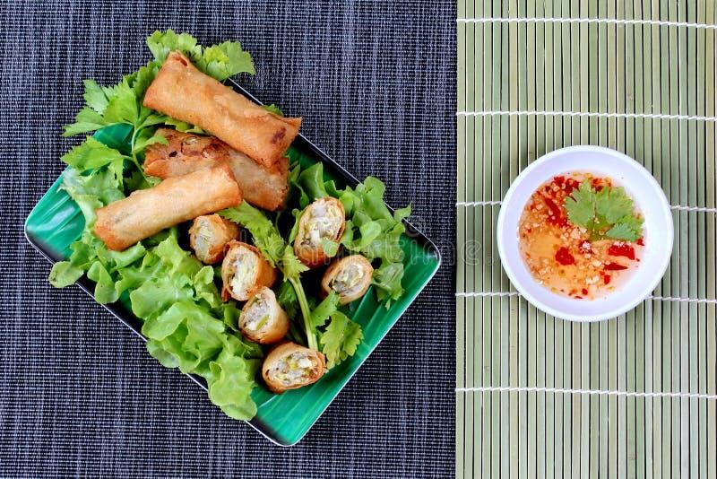 Rollo de primavera frito y salsa dulce amarga fotos de archivo