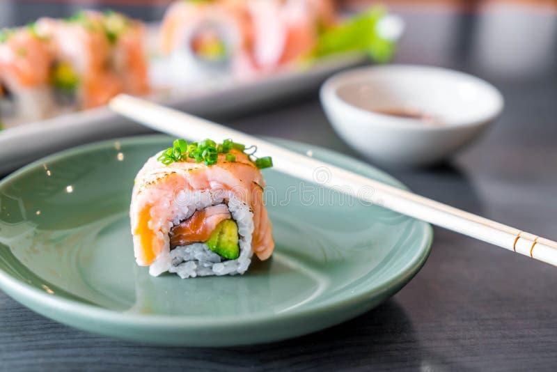 Rollo de sushi de color salm?n asado a la parrilla fotografía de archivo libre de regalías
