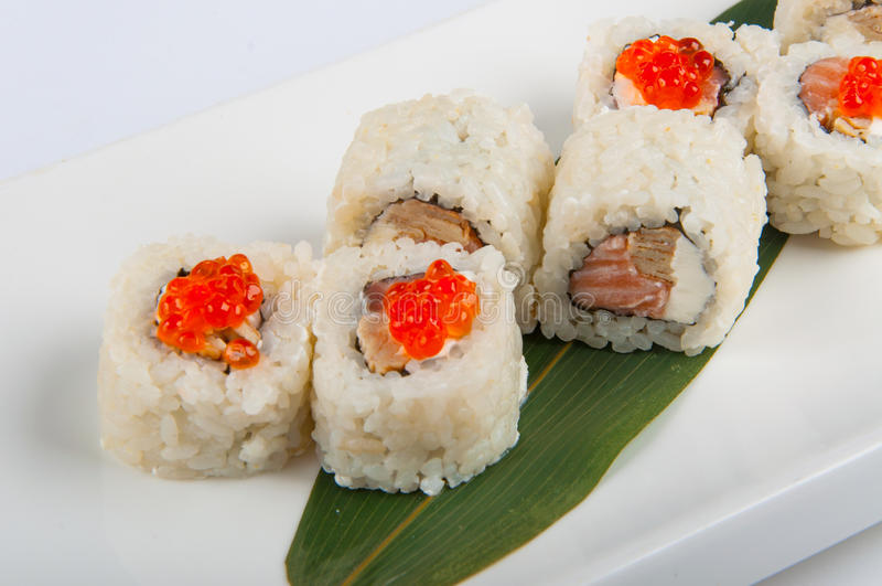 Rollo de sushi con el queso cremoso, salmón, huevos revueltos, caviar rojo foto de archivo libre de regalías