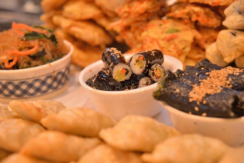 Rollo de sushi coreano del estilo en cuenco fotos de archivo