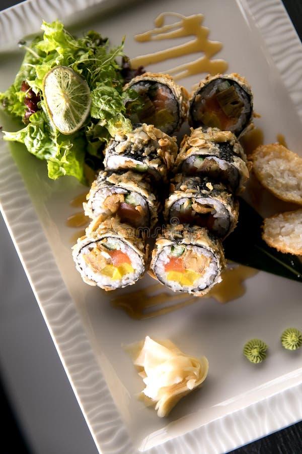 Rollo de sushi del arco iris Menú del sushi Comida japonesa Vista superior del sushi clasificado imágenes de archivo libres de regalías