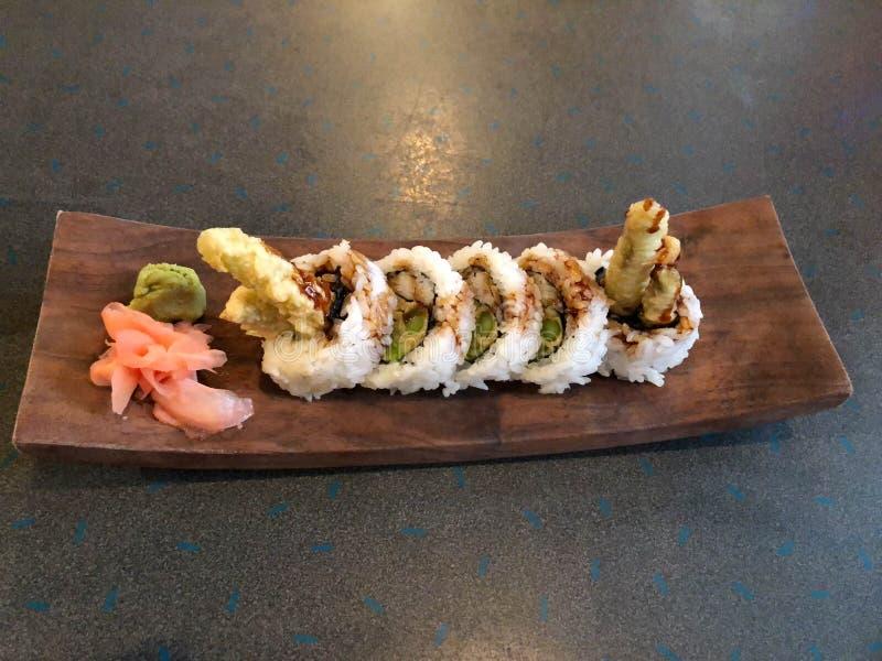 Rollo de sushi del espárrago del Tempura en plato de madera foto de archivo libre de regalías