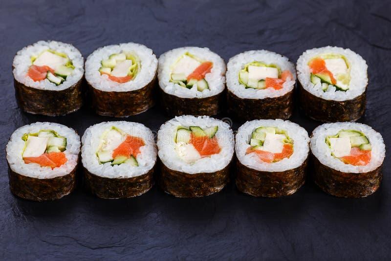 Rollo de sushi fresco apetitoso del maki con el ser del queso de los salmones y del queso de soja foto de archivo libre de regalías