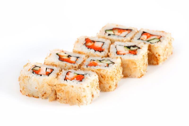 Rollo de sushi - Maki Sushi con Salmon Roe, anguila ahumada, pepino, queso cremoso en Chips Tuna aisló en el fondo blanco fotos de archivo libres de regalías