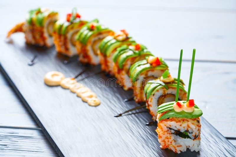 Rollo del arroz de sushi de la forma del dragón imagen de archivo libre de regalías