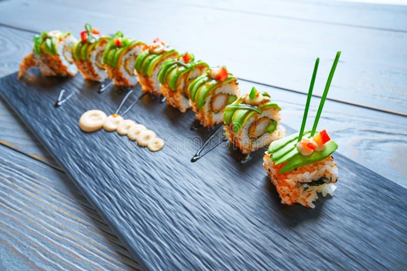 Rollo del arroz de sushi de la forma del dragón foto de archivo