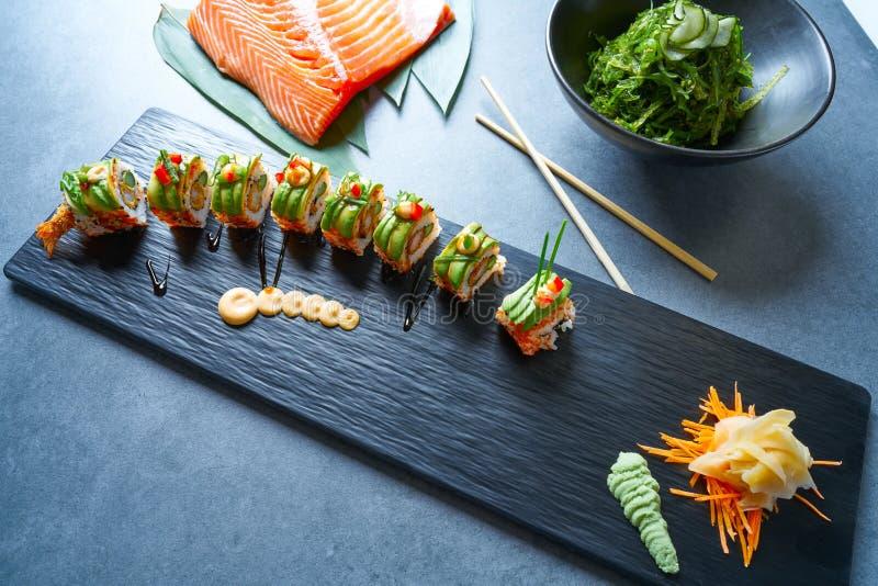 Rollo del arroz de sushi de la forma del dragón con nori imagen de archivo