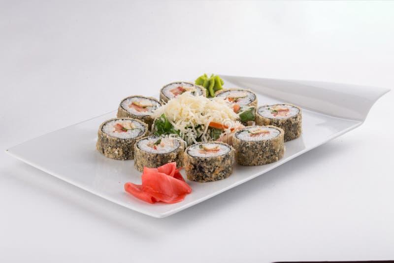 Rollo del maki del sushi del Tempura con el camarón, comida del japonés del aguacate aislada en el fondo blanco fotos de archivo libres de regalías