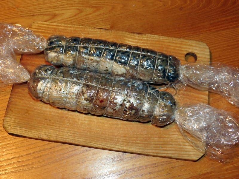 Rollo hecho de pescados en el escritorio de madera imagen de archivo libre de regalías