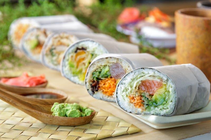 Rollo japonés del burrito del sushi servido con wasabi imagen de archivo