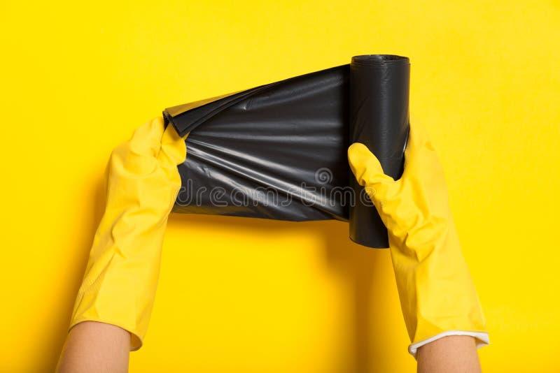 Rollo negro del envase de la basura, compartimiento de la disposición Bolso inútil foto de archivo