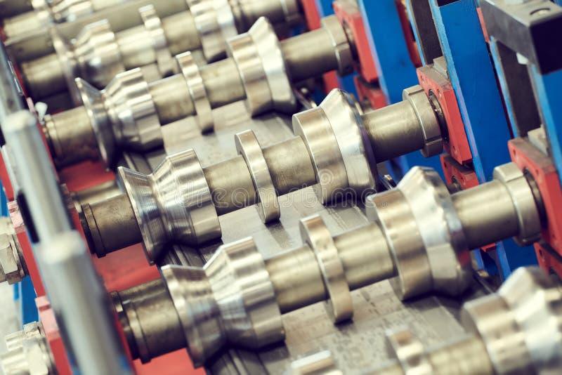 Rollo que forma la máquina máquina del perfil de la hoja de metal imagen de archivo