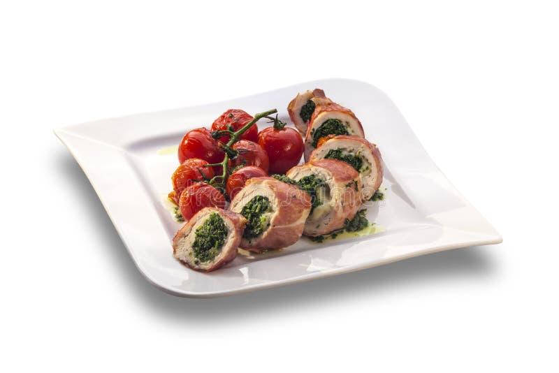Rollo relleno delicioso del pollo adornado con la cereza asada tom foto de archivo libre de regalías