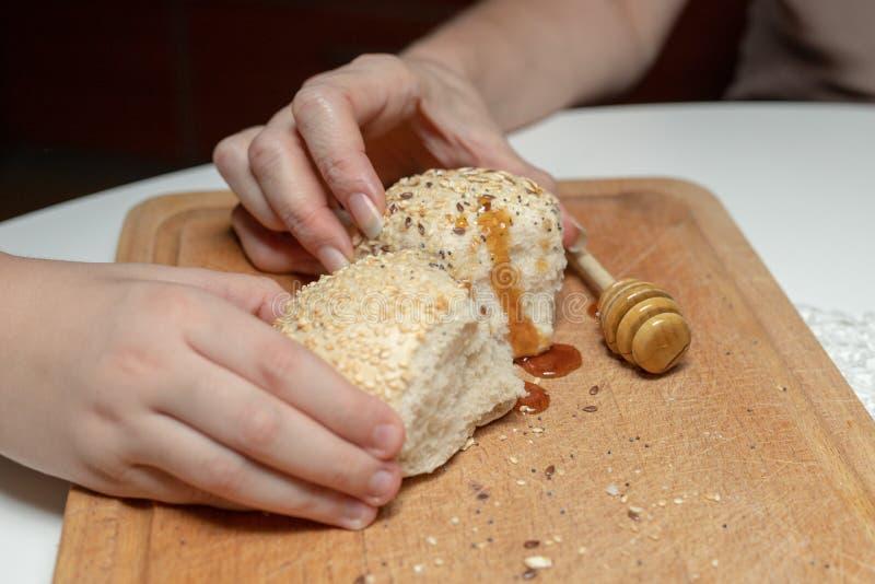 Rollo sabroso del trigo en la tabla de cocina Preparación de la cena con el fre imagen de archivo libre de regalías