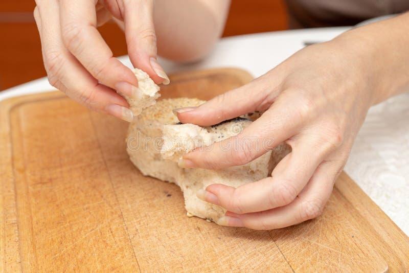 Rollo sabroso del trigo en la tabla de cocina Preparación de la cena con el fre imagen de archivo