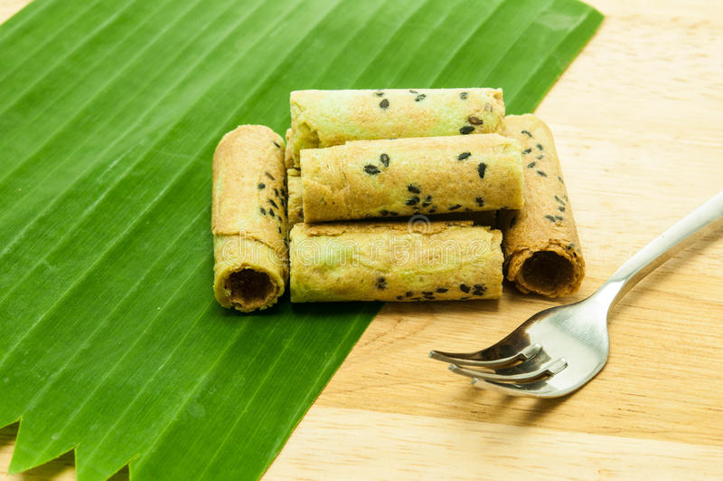 Rollo tailandés de la galleta del coco en la hoja del plátano imágenes de archivo libres de regalías