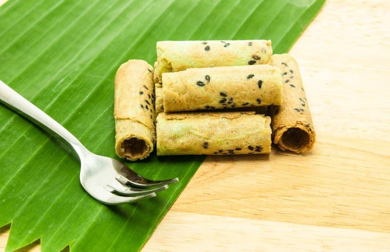 Rollo tailandés de la galleta del coco en la hoja del plátano fotos de archivo libres de regalías