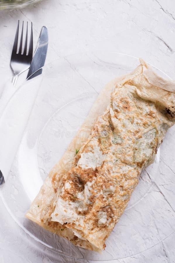 Rollo y ensalada vegetarianos del bocadillo del shawarma de cocinado servido en el estilo de Provence Alimentos de preparaci?n r? imágenes de archivo libres de regalías