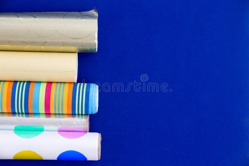 Rollos coloridos del papel de embalaje fotografía de archivo