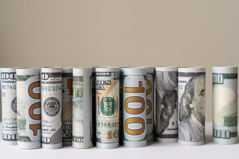 Rollos de billetes en dólares estadounidenses consecutivos fotografía de archivo