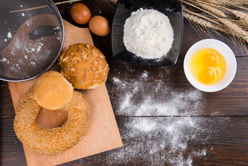 Rollos de pan clasificados con los ingredientes de la hornada foto de archivo